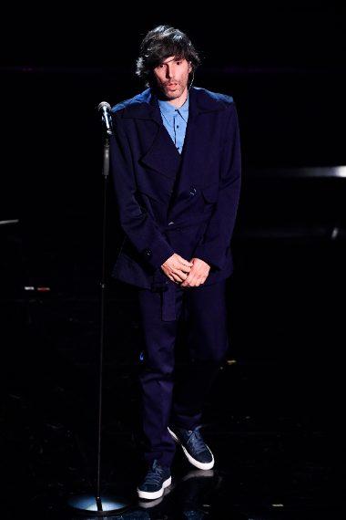 Blu oversize per il cantante