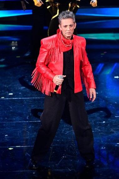 Il conduttore appare sul palco per la sua esibizione con una giacca rossa in pelle con le frange