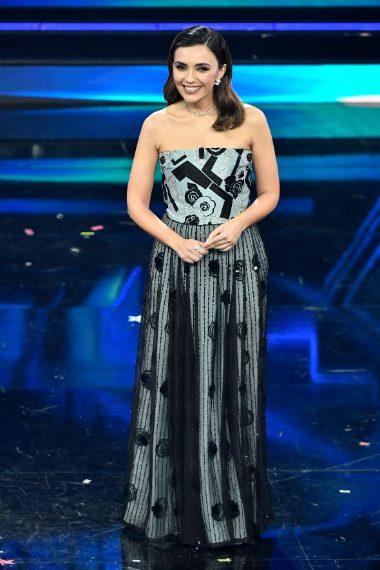L'attrice indossa un lungo abito strapless che lascia le spalle nude