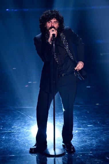 Il cantante sceglie un abito scuro con rever gioiello