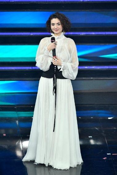 Lungo abito bianco per la cantante attrice
