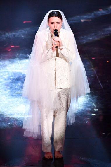 La rapper per la finale appare con completo mannish e velo da sposa
