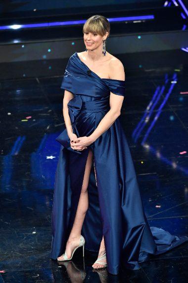 La nuotatrice per Sanremo sceglie un abito blu con maxi spacco
