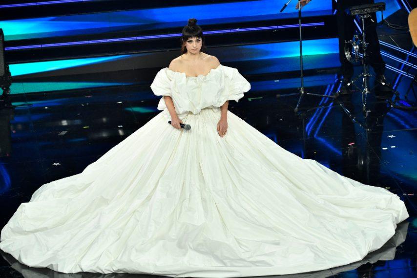 La cantante indossa un meraviglioso abito bianco