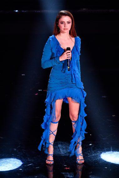 Svolazzante abito blu elettrico per Annalisa