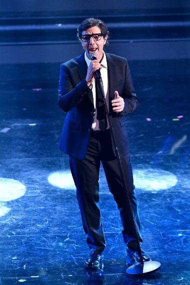Il cantante in finale veste come Clark Kent, alias Superman