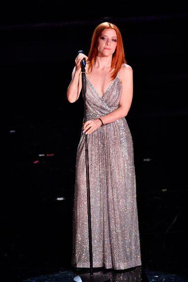 Lungo abito luccicante da Diva per la cantante in finale