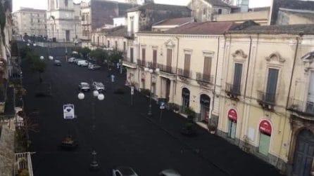 Eruzione Etna, alle pendici del vulcano ci si risveglia con le strade nere