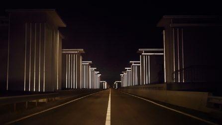 La più grande diga olandese diventa un paesaggio futuristico di luce
