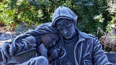 La scultura coperta dalla brina sembra prendere vita