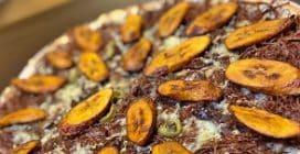 Stranezze dal mondo, la pizza alla banana con carne, formaggio e mais