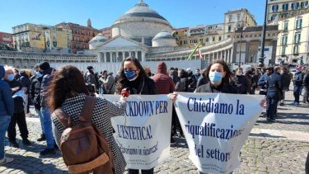 A Napoli protesta di barbieri, estetiste e parrucchieri per la crisi Covid