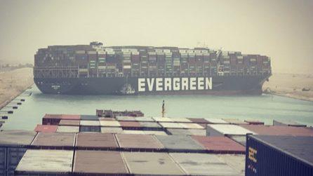 Canale di Suez bloccato da una grossa nave incagliata