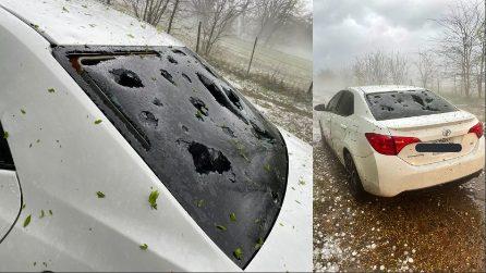 Tempesta spaventosa di grandine, auto sfondate