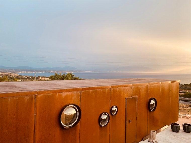 Per chi desidera un alloggio unico, ecco la soluzione: un rifugio di design circondato da una rigogliosa distesa di fichi d'india e perfettamente integrato nel territorio circostante, un paesaggio brullo ma con una vista sul golfo senza paragoni. Dove si trova: Terrasini (Sicilia)
