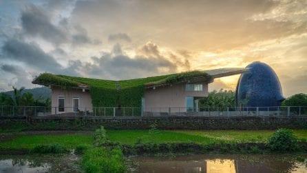 La casa con un tempio privato a forma di uovo e un tetto verde sul mondo