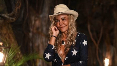 Vera gemma all'Isola con capello e stivali da cowboy