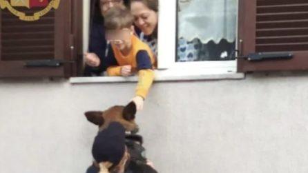 Il bimbo in DAD vede il cane poliziotto dalla finestra: l'agente lo solleva per farglielo accarezzare