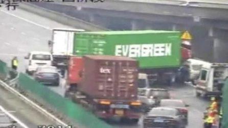 Incidente in autostrada: il tir blocca il traffico