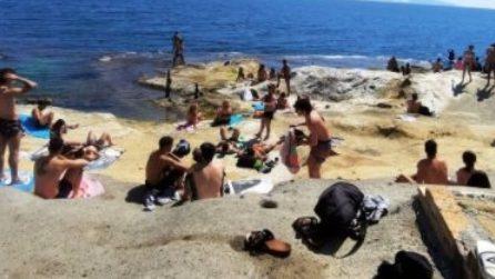 Napoli, la gente a mare in piena zona rossa Covid
