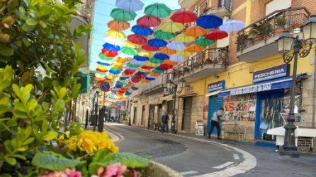 A Calvizzano lo spettacolo degli ombrelli colorati sospesi in strada