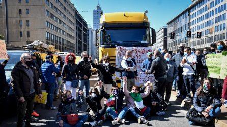 Protesta dei venditori ambulanti, bloccata la circolazione nei pressi della Stazione Centrale a Milano