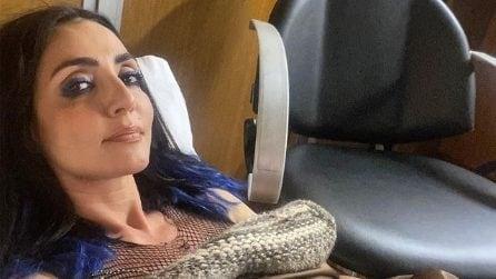 Ambra Angiolini, il nuovo look con le ciocche blu