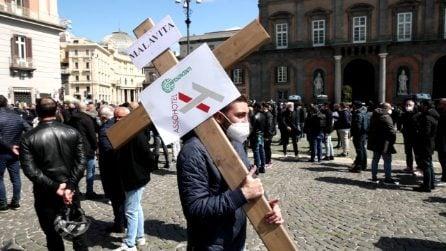 Croci in spalla in piazza Plebiscito, è la protesta dei commercianti di Napoli