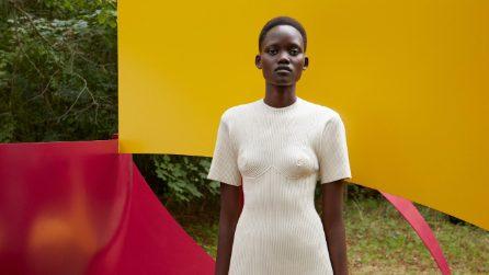 La moda femminista del 2021: gli abiti con il seno