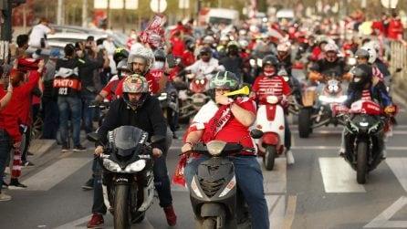 Migliaia di tifosi del Granada accompagnano la squadra allo stadio per la sfida di Europa League