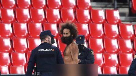 Uomo nudo invade il campo durante Granada-Manchester United