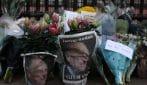 Morte principe Filippo di Edimburgo, i sudditi si riversano a Buckingham Palace per lasciare i fiori