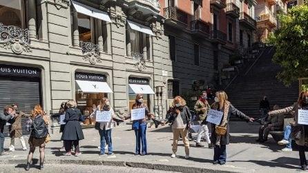 Crisi Covid, in via dei Mille a Napoli protesta delle boutique con catena di mutande