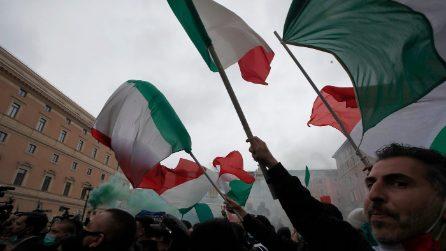 Roma, momenti di tensione alla manifestazione 'Io Apro' contro le chiusure
