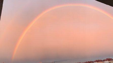 Milano, un bellissimo arcobaleno abbraccia la città