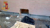 Roma, malviventi scavano un buco nel muro di una banca e tentano una rapina