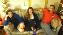 Studenti comprano un vecchio divano per pochi dollari, ma sotto i cuscini trovano una fortuna