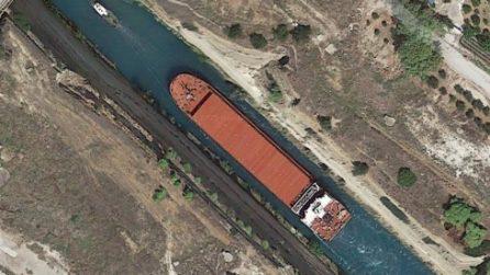 È più stretto del Canale di Suez e le grandi navi vengono trainate per uscirne