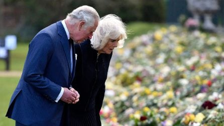 Carlo e Camilla commossi dagli omaggi dei sudditi al principe Filippo