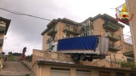 Tir resta in bilico sul tetto: paura a Caccamo in provincia di Palermo