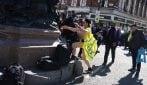 Funerali Principe Filippo: donna manifesta in topless fuori Windsor