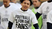 """""""Il calcio è per i tifosi"""". La protesta plateale in campo del Leeds contro la Superlega"""