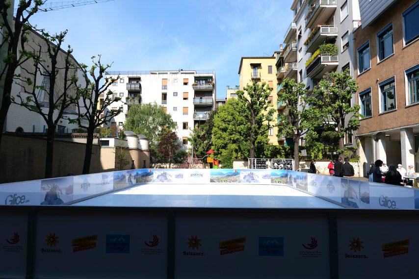 La pista di pattinaggio sul ghiaccio all'aperto nel cortile della Scuola Svizzera di Milano. Foto Stefano Govi
