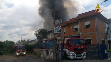 Incendio a Tor Cervara: brucia un mobilificio: fitta nube di fumo nero