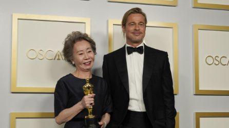 Yuh Jung Youn e Brad Pitt a braccetto dopo la premiazione degli Oscar 2021