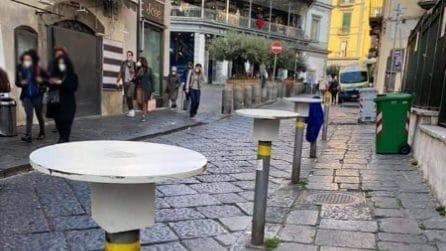 I paletti stradali diventano tavolini: accade a Napoli