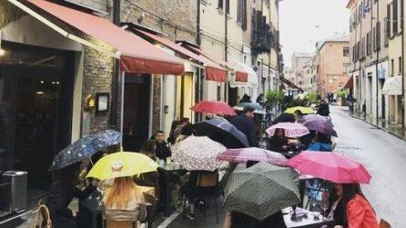Ferrara, piove ma i clienti del ristorante restano seduti e non lasciano il locale
