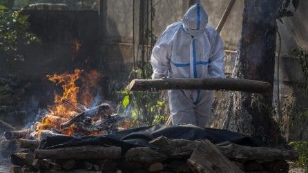 India, continua la cremazione dei morti a causa del Covid-19