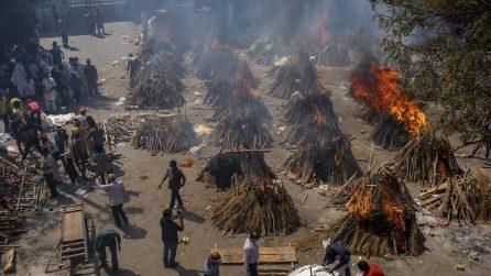 India, emergenza Covid e crematori: le immagini delle pire funerarie