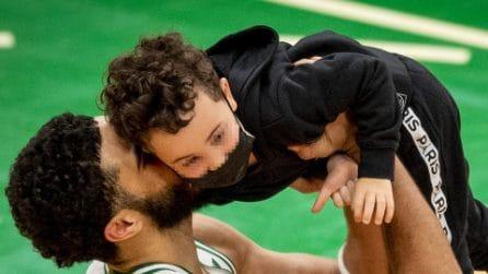 Jayson Tatum protagonista della notte dei Celtics: le tenere immagini con il figlio